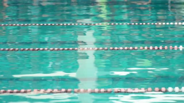vídeos de stock, filmes e b-roll de piscina com pistas de competição - natação