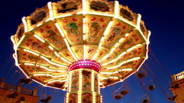 vídeos y material grabado en eventos de stock de swing sillas en el parque de diversiones - noria