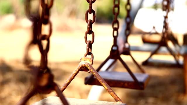 古いスイングがチェーン上のさびた - 錆びている点の映像素材/bロール