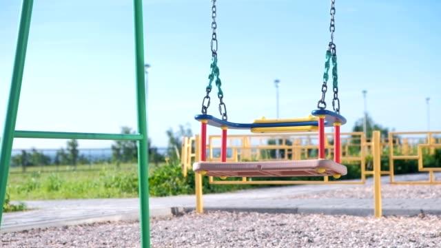 vídeos y material grabado en eventos de stock de swing swing en el patio. - patio de colegio
