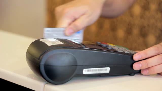 swiping a credit card - spendera pengar bildbanksvideor och videomaterial från bakom kulisserna