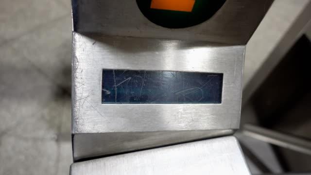 scorrendo metrocard al tornello della metropolitana di new york. - fare video stock e b–roll