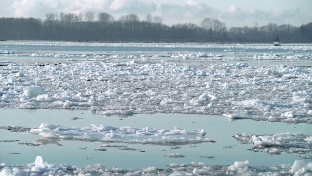 vídeos de stock e filmes b-roll de swirling winter river ice flow 4k uhd - montanha costeira