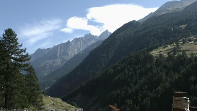 stockvideo's en b-roll-footage met zwitserse alpen berg en cloud time-lapse - zermatt