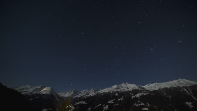 stockvideo's en b-roll-footage met zwitserse alpen sterrennacht time-lapse - wallis