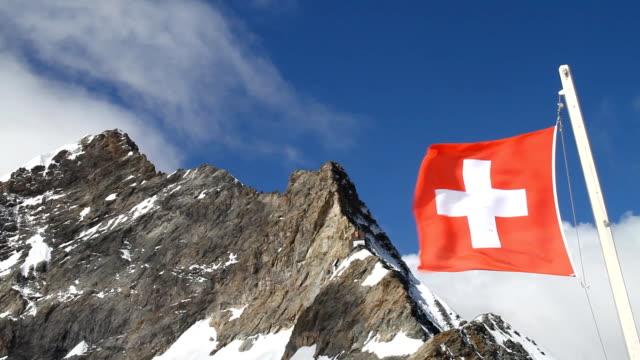 vídeos de stock e filmes b-roll de bandeira da suíça a jungfraujoch, suíça - suíça