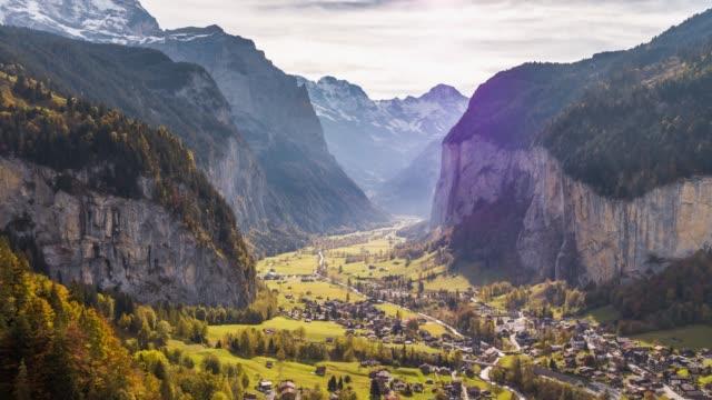 wasserfall lauterbrunnen schweiz aerial 4k - kanton bern stock-videos und b-roll-filmmaterial