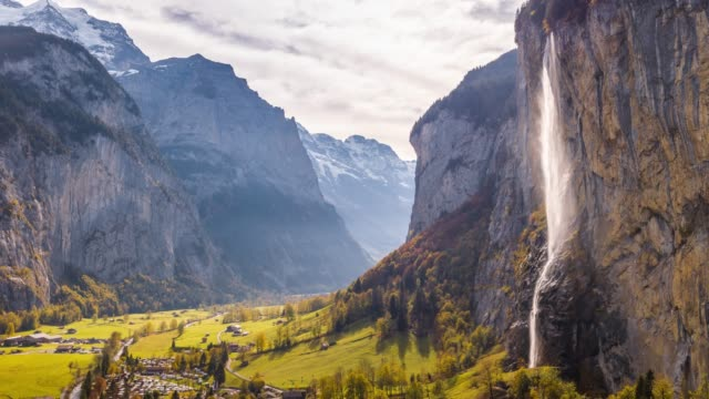 swiss mountain village lauterbrunnen wasserfall schweiz aerial 4k - kaskaden gebirge stock-videos und b-roll-filmmaterial