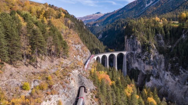 swiss viaduct train landwasser autumn aerial 4k - trenować sport filmów i materiałów b-roll