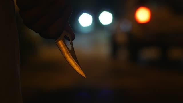 vidéos et rushes de cran d'arrêt dans la nuit - lame