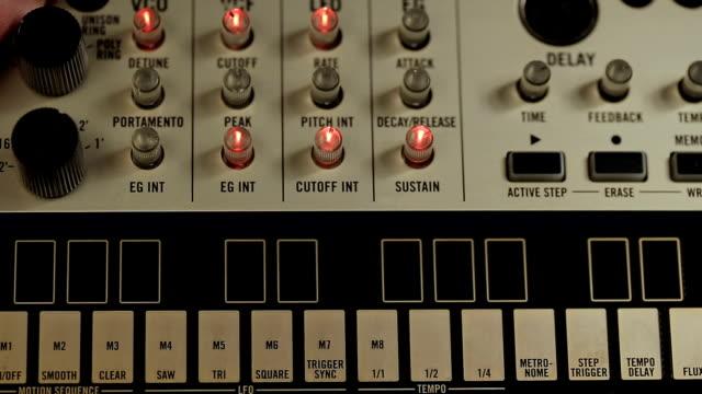 vidéos et rushes de mise en marche du dispositif analogique midi controller pour égalisation sonore - synthétiseur