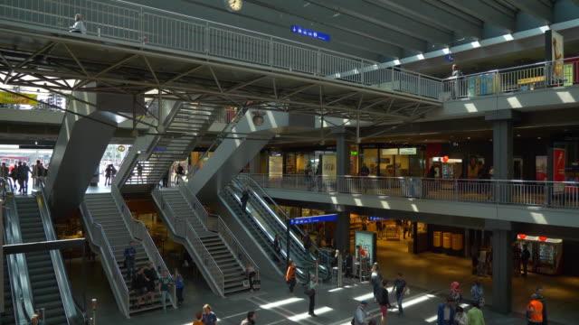 schweiz bern sonnentag zug hauptbahnhof haupthalle stadtpanorama 4k - kanton bern stock-videos und b-roll-filmmaterial