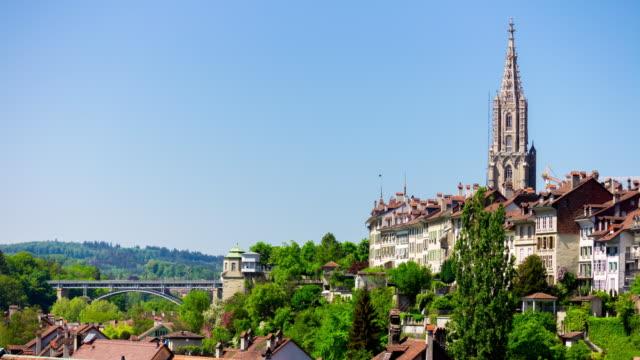 Suisse jour lumière Berne ville centrale panorama de bord de la rivière cathédrale 4k timelapse - Vidéo
