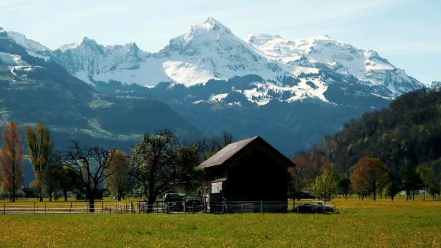 schweiz mountain-drei schüsse - landhaus stock-videos und b-roll-filmmaterial