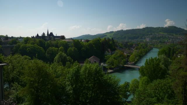 スイス連邦共和国の日当たりの良いベルン市の有名なビュー ポイント川パノラマ 4 k - デッキ点の映像素材/bロール