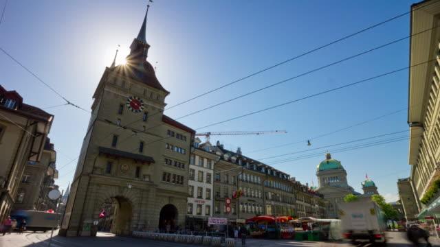 der schweiz sonnentag bern stadt zentrum verkehr quadratisch panorama 4k zeitraffer - kanton bern stock-videos und b-roll-filmmaterial