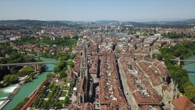 der schweiz sonnentag bern stadtbild alt stadt zentrum luftbild panorama 4k - kanton bern stock-videos und b-roll-filmmaterial