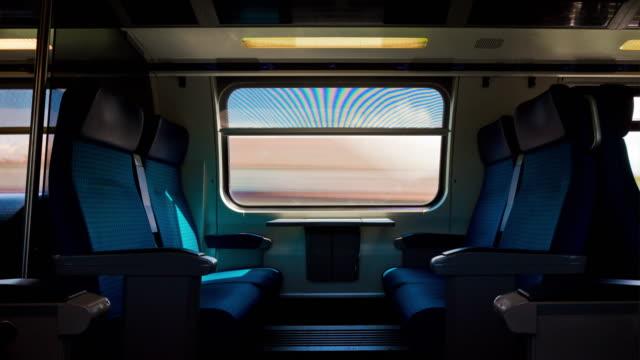 Suisse journée ensoleillée train trafic côté fenêtre sièges pov panorama 4k timelapse - Vidéo