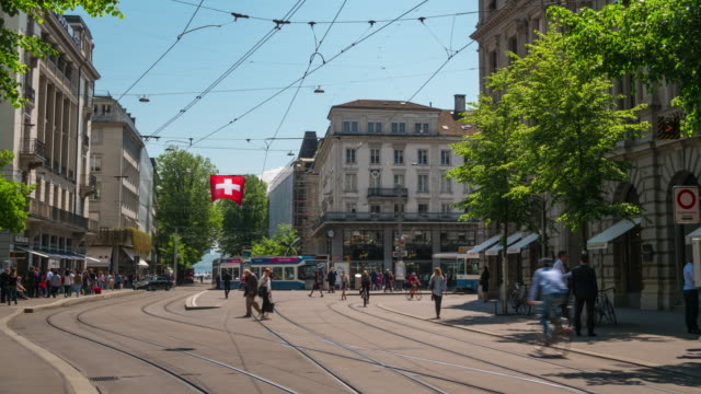 vídeos de stock e filmes b-roll de switzerland sunny day zurich city traffic bahnhofstrasse panorama 4k timelapse - suíça