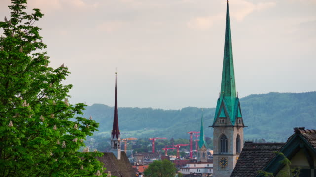 tours célèbres de paysage urbain zurich Suisse ciel coucher de soleil et de la construction de grues timelapse panoramique 4k - Vidéo