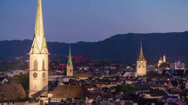 illumination twilight Suisse zurich, célèbres églises paysage urbain sur le toit panorama 4k timelapse - Vidéo