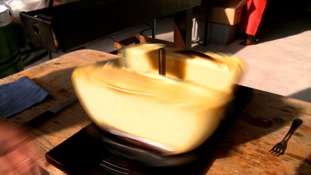 vidéos et rushes de la suisse - raclette