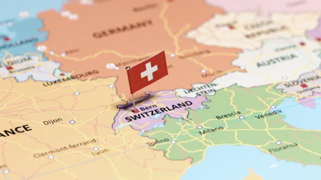 vídeos de stock e filmes b-roll de switzerland with national flag - suíça