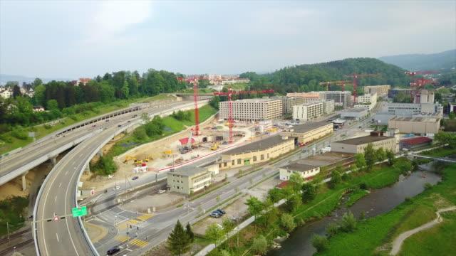 Suisse zurich riverside trafic routier junction construction aérienne panorama 4k - Vidéo