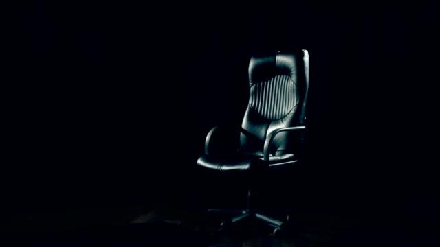 вращающимся креслом - space background стоковые видео и кадры b-roll