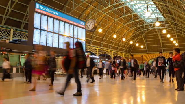 zaman atlamali: sydney central tren istasyonu - i̇stasyon stok videoları ve detay görüntü çekimi