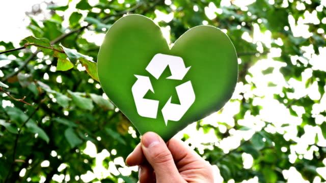 symbol för återvinning på hjärta form - recycling heart bildbanksvideor och videomaterial från bakom kulisserna