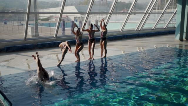 vídeos y material grabado en eventos de stock de la natación sincronizada es un arte - coordinación