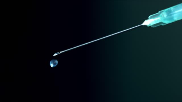 vidéos et rushes de syringe avec la médecine de vaccin - vaccin covid