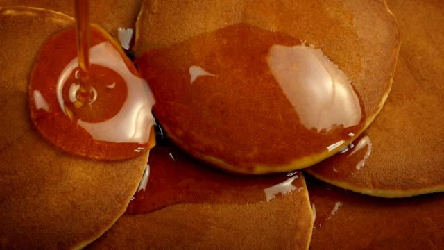 sciroppo versando sui pancake per la colazione - dolci video stock e b–roll