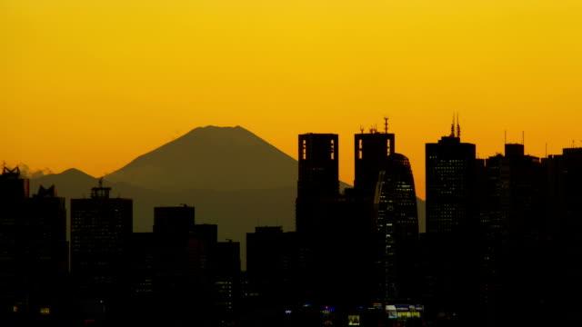 m なんかフジ日没後に、新宿の建物 - 富士山点の映像素材/bロール