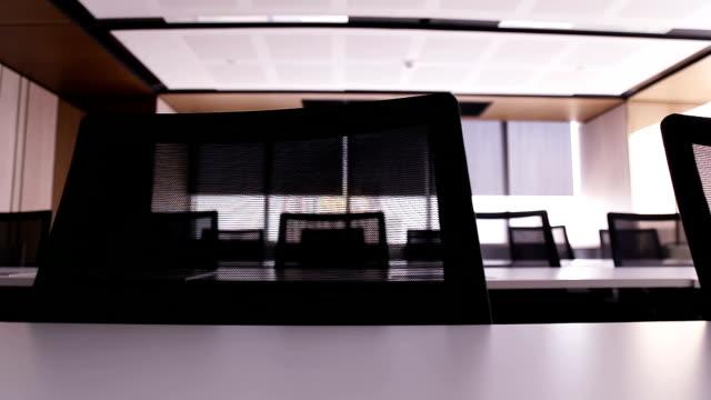 tisch und stühlen. - konferenztisch stock-videos und b-roll-filmmaterial