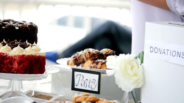 vídeos y material grabado en eventos de stock de mesa llena de deliciosos postres durante el evento de caridad - charity