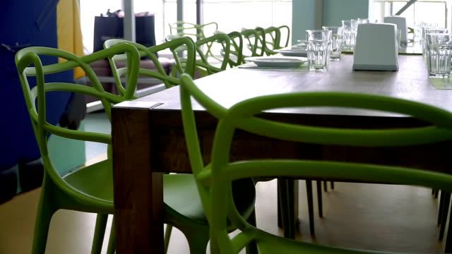 Uma mesa para comer num café - vídeo