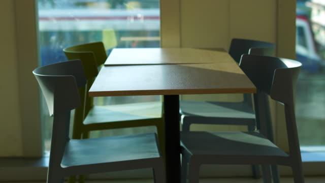 vídeos de stock e filmes b-roll de table in building - cantina