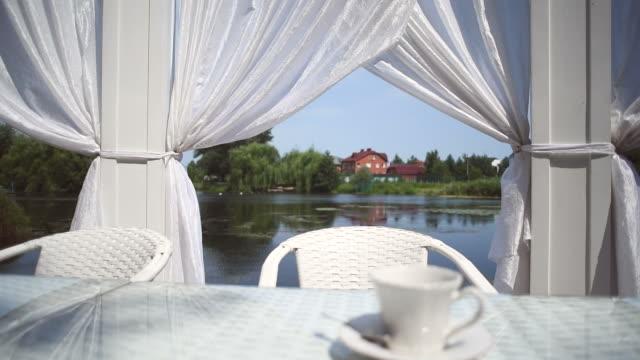テーブルの夏にはリバーバンクカフェ - ソーサー点の映像素材/bロール