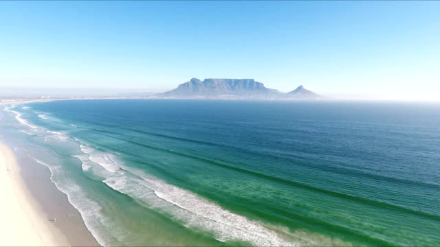 Table Mountain, Table bay, Cape Town, South Africa aerial view off table bay seen from the white sands of bloubergstrand, with table mountain rising out of the deep blue atlantic ocean like a mirage floating against a deep azure sky table mountain national park stock videos & royalty-free footage