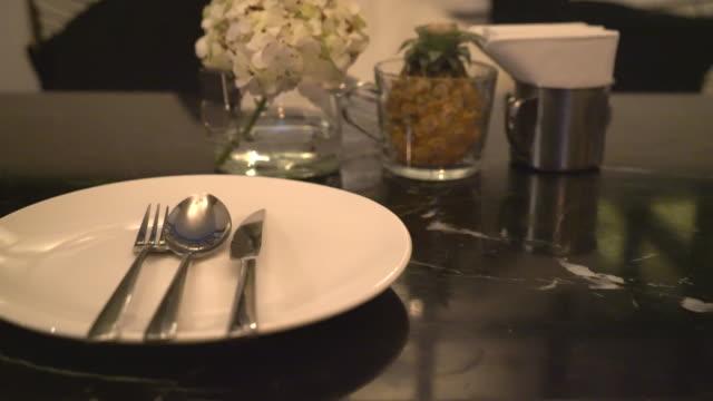 tabellen på matsal bord - empty plate bildbanksvideor och videomaterial från bakom kulisserna