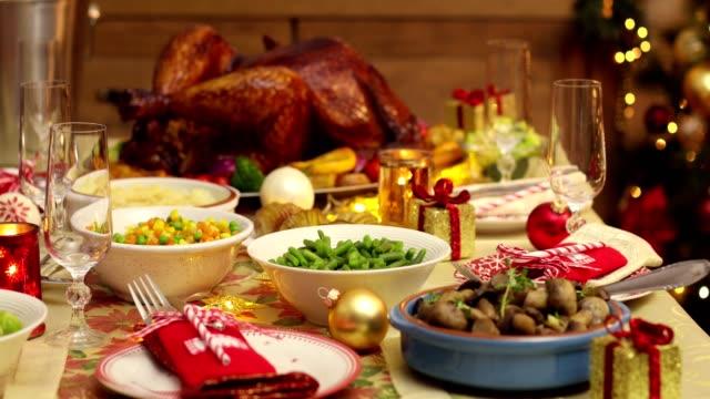 テーブルはクリスマス ディナーのセットアップ - テーブル 無人のビデオ点の映像素材/bロール
