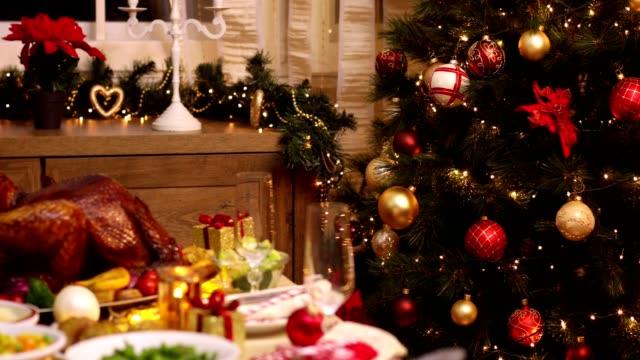 table set up for christmas dinner - indyk pieczony filmów i materiałów b-roll