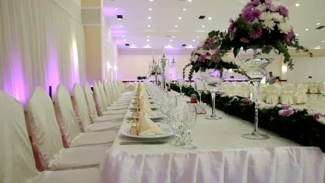 Ajuste de la tabla en una recepción de boda de lujo - vídeo