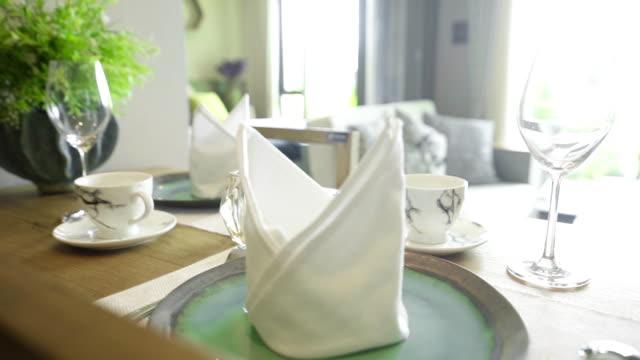 テーブルの上にカトラリー、ナプキン、ガラスが付いたテーブルセッティング。 - ワイングラス点の映像素材/bロール