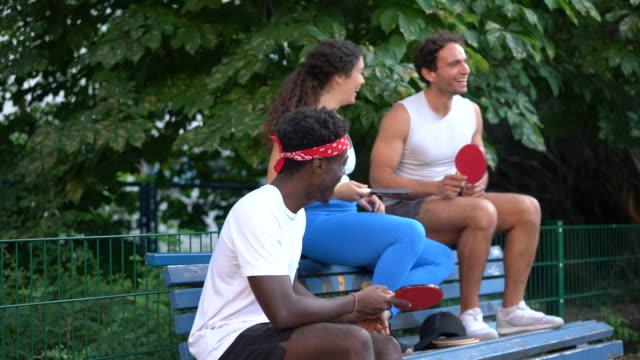 ベンチに座る卓球ラケット選手 ビデオ