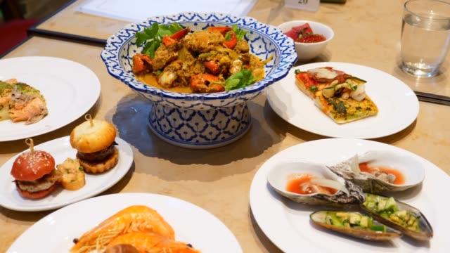 餐桌上供應豐盛的晚餐,在自助餐廳享用不同食物的自助食品。 - 食物和飲品 個影片檔及 b 捲影像