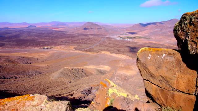 tablero del saladillo blick in richtung malpaís grande-fuerteventura - endemisch stock-videos und b-roll-filmmaterial
