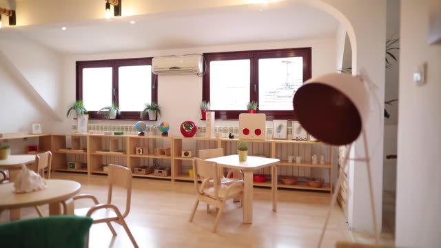 현대 유치원 교실에서 테이블과 의자 - 놀이 방 스톡 비디오 및 b-롤 화면